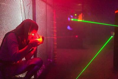 födelsedagskalas skjuter på Laserdome