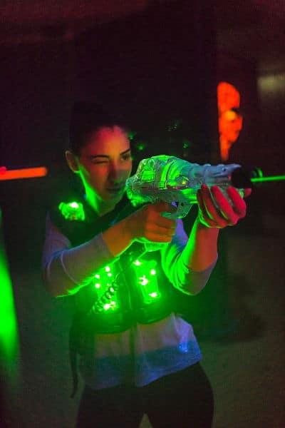 Laserdomespelare på barnkalas siktar