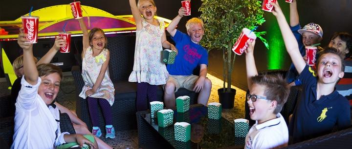 Glada barn skålar på Laserdome barnkalas göteborg